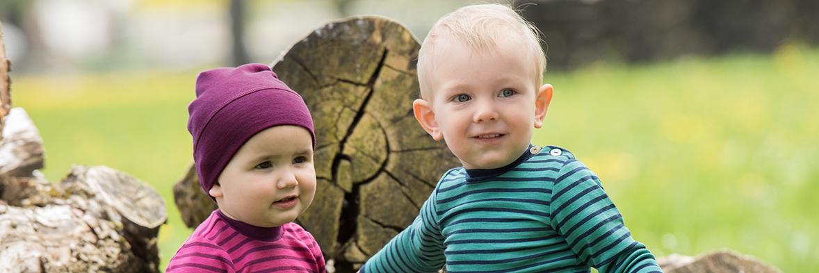 Zwei Kinder mit Engel Naturtextilienklamotten